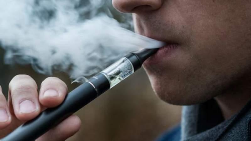 علماء أمريكيون يحذرون.. تدخين السجائر الإلكترونية قد يزيد من خطر الإصابة بكورونا!